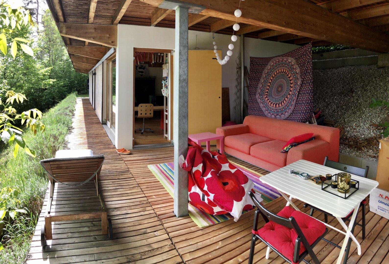 gemütliche Terrasse mit kleinem Garten