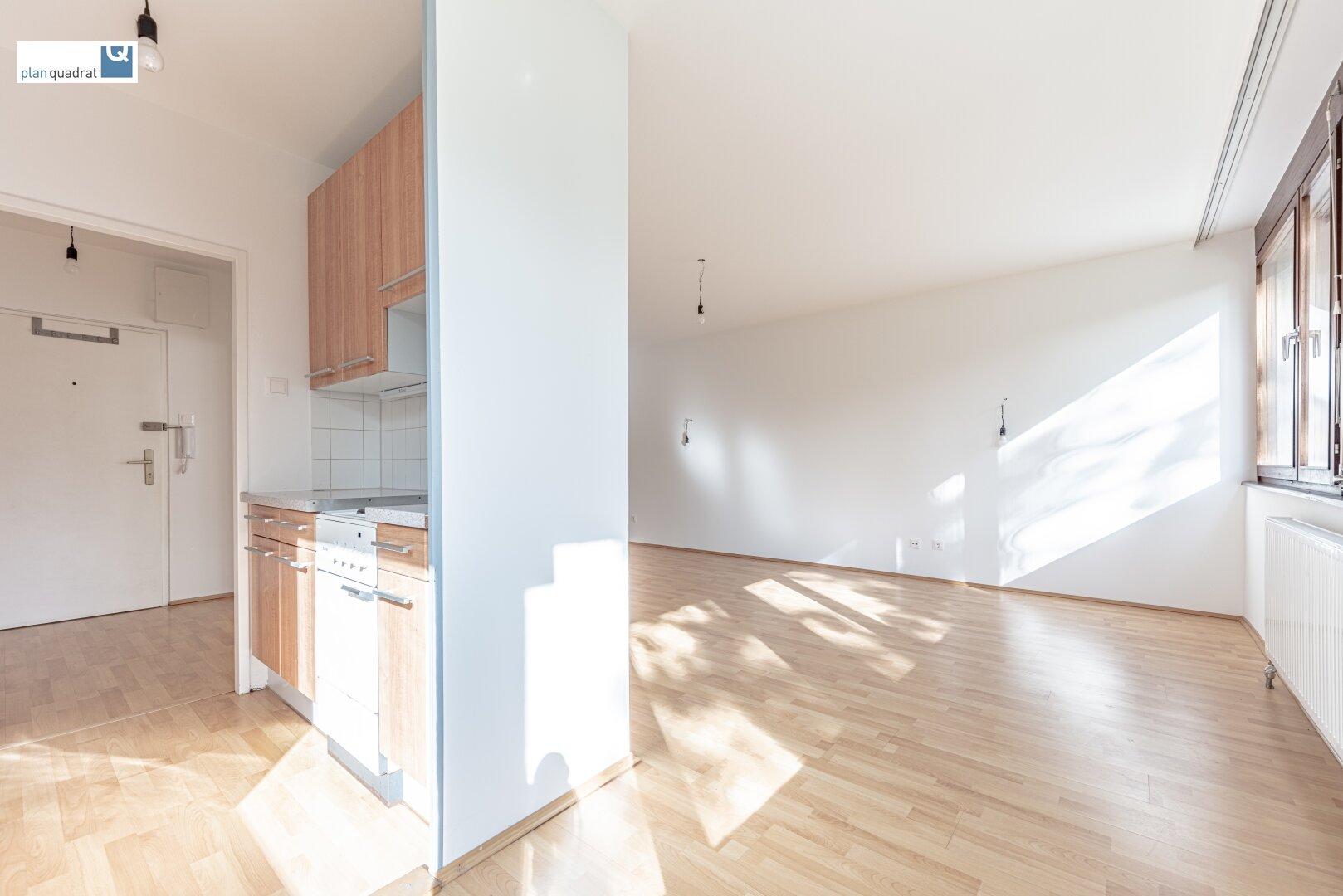Wohn- / Esszimmer (ca. 23,80 m²) und Küche (ca. 6,00 m²)
