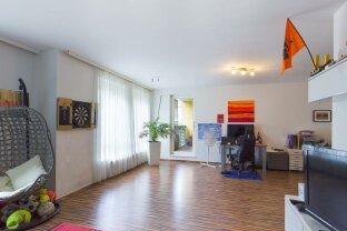 großes Wohnzimmer mit Loggia und Garage