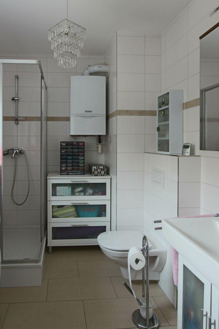 Badezimmer mit Fenster, Dusche und WC