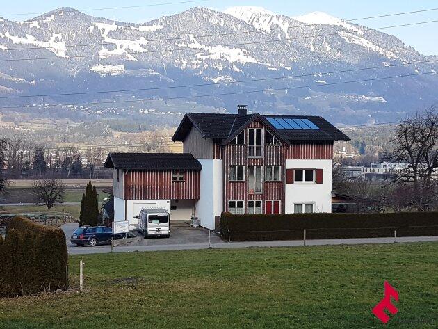 Mehrfamilienwohnhaus mit Gartenhaus