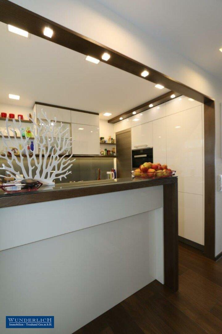 Küche mit Bar, offen zum Vorraum