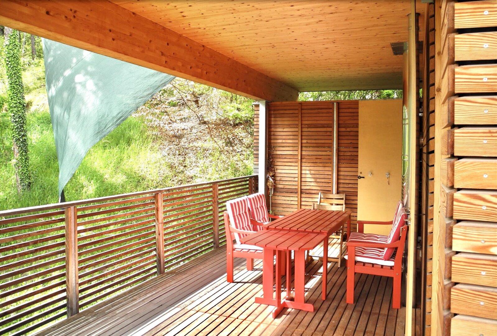 Terrasse neben dem Wohnzimmer