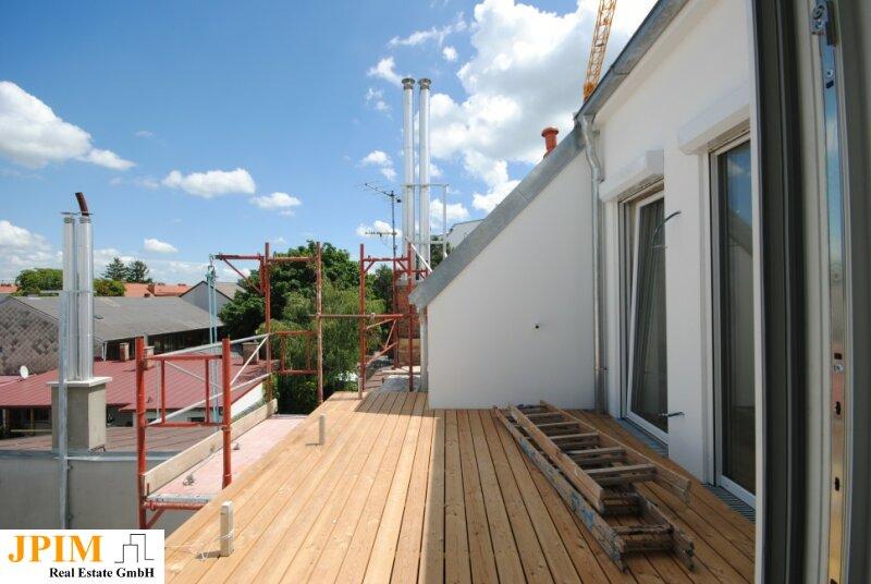 Erstbezug, großzügige 3-Zimmer Altbaudachgeschosswohnung mit Terrasse