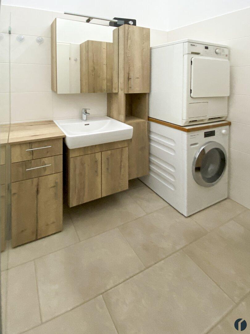 Möbliertes Badezimmer mit Waschmaschinenanschluß