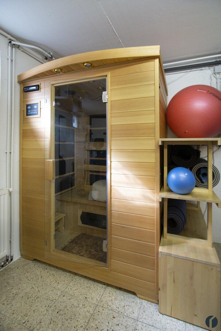 Infrarotkabine im Fitnessraum