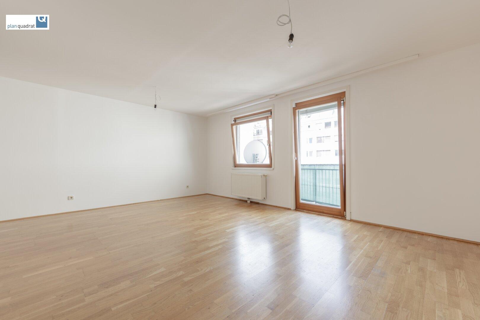 Wohn- / Schlafzimmer (ca. 26,70 m²) mit Ausgang zum Balkon
