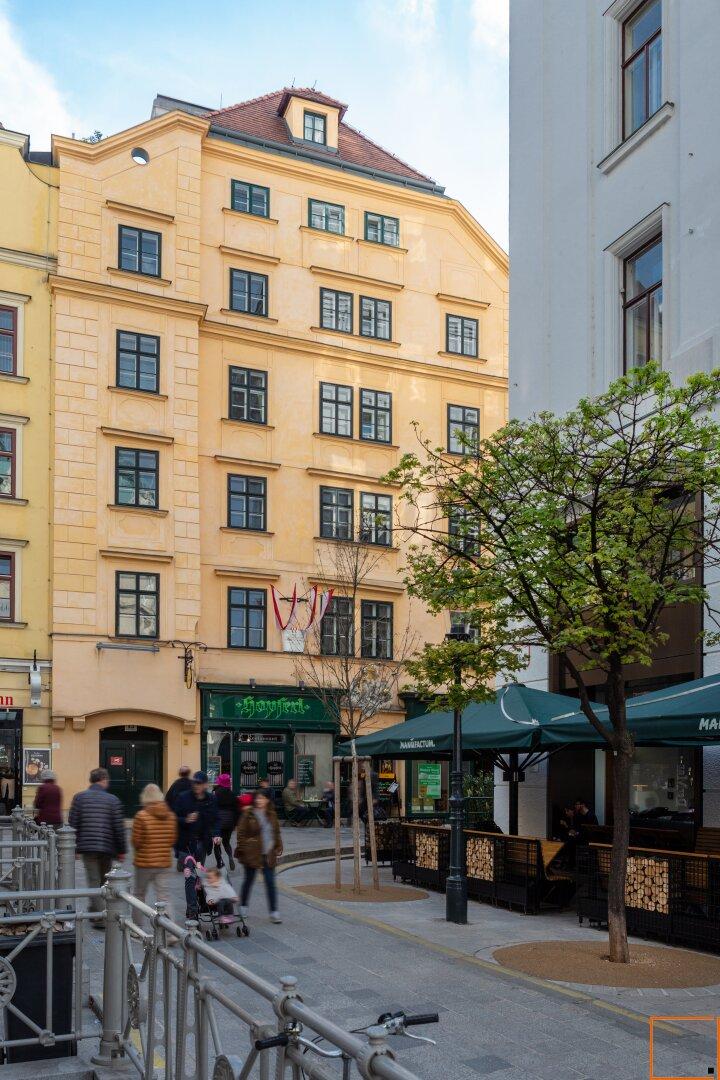 181 Fassade Vorderseite mit Baum