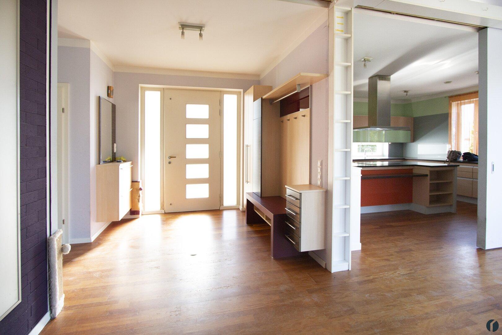 Blick zum Eingangsbereich mit offenen Schiebewänden