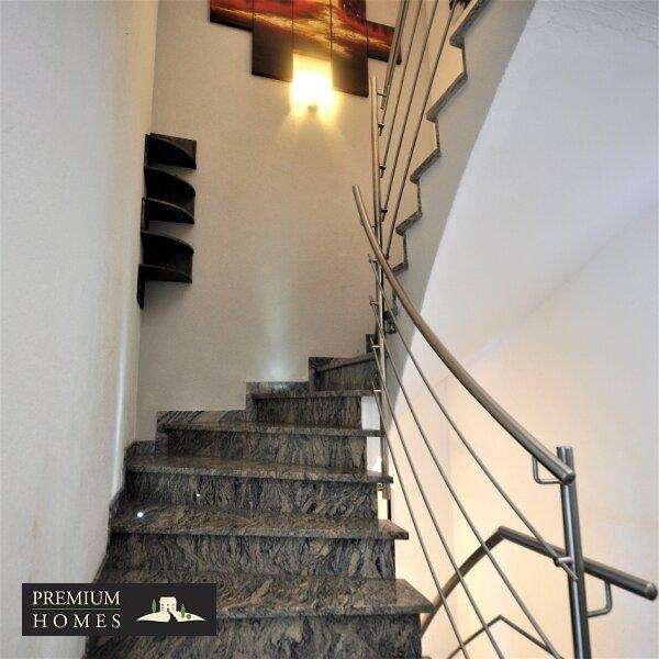 Angerberg_Doppelhaushälfte_Treppe/Granit-Stein_Aufgang 1.Stock