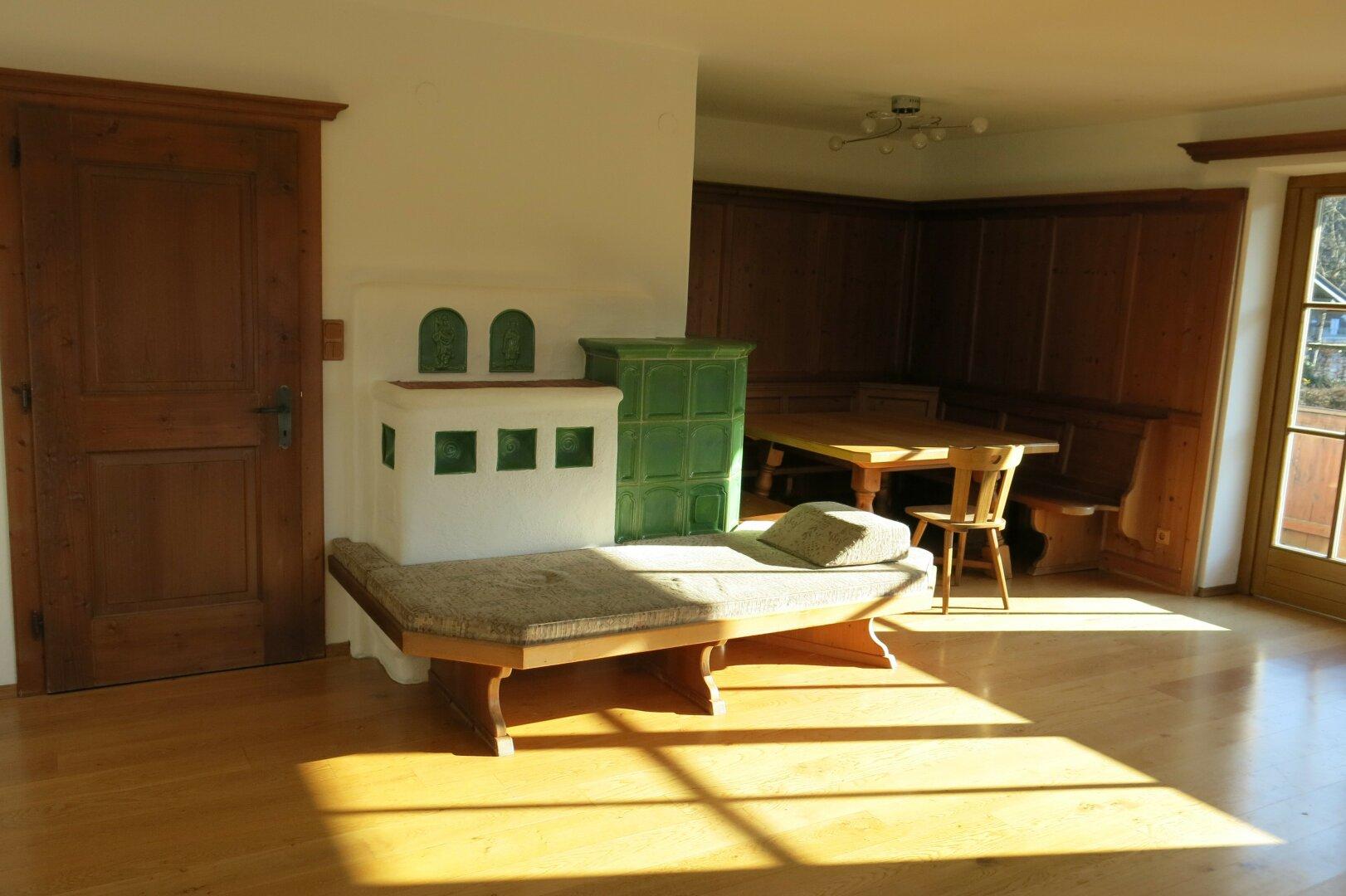Mietwohnung/Büro Kufstein, Wohnzimmer mit Kachelofen