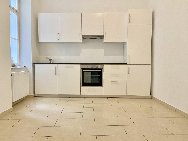 große Küche mit Platz für Esstisch