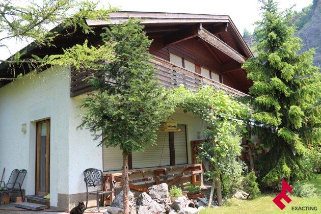 Wohnhaus für 2 Familien mit schönem Garten