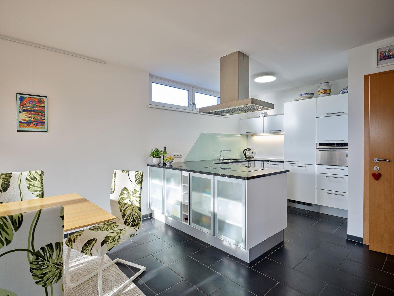 Moderne Einbauküche mit Dampfgarer