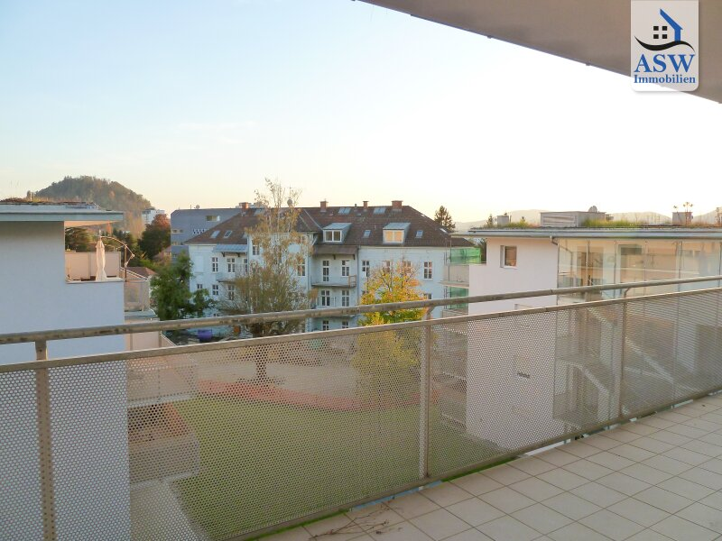 BLICK AUF DEN SCHLOSSBERG - Exklusive, top-ausgestattete 3-Zimmer Wohnung mit traumhafter ca. 26 m² großer Terrasse