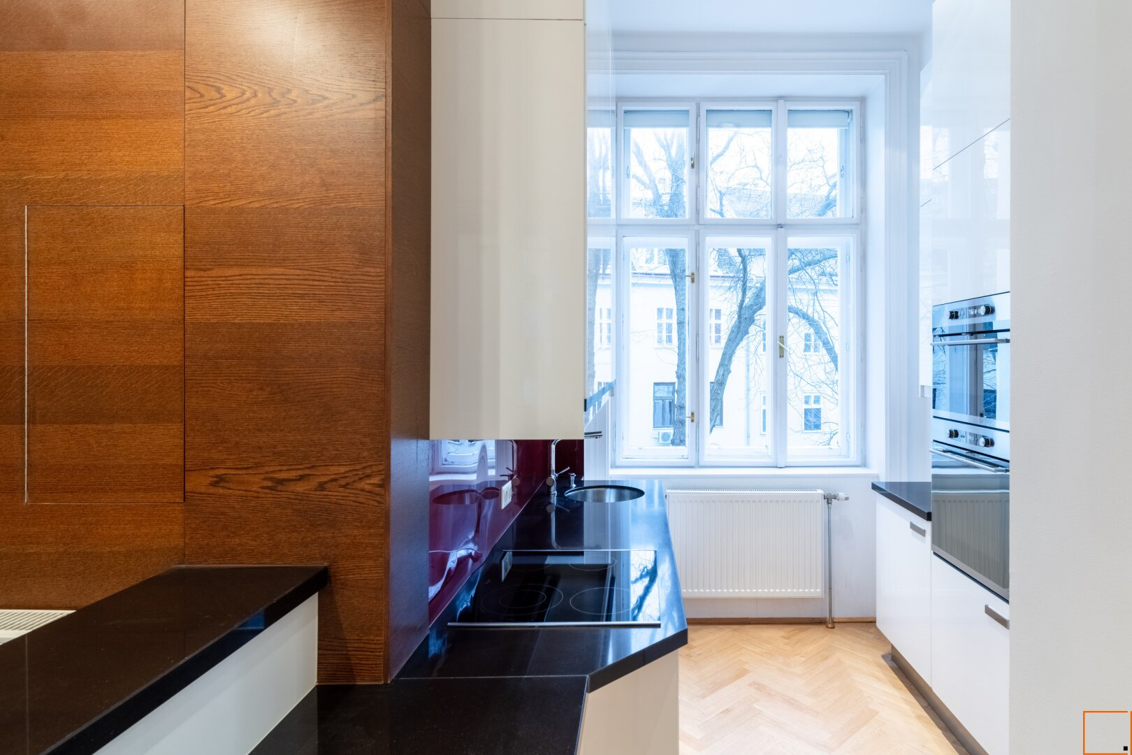 Küche mit Blick in begrünten Innenhof