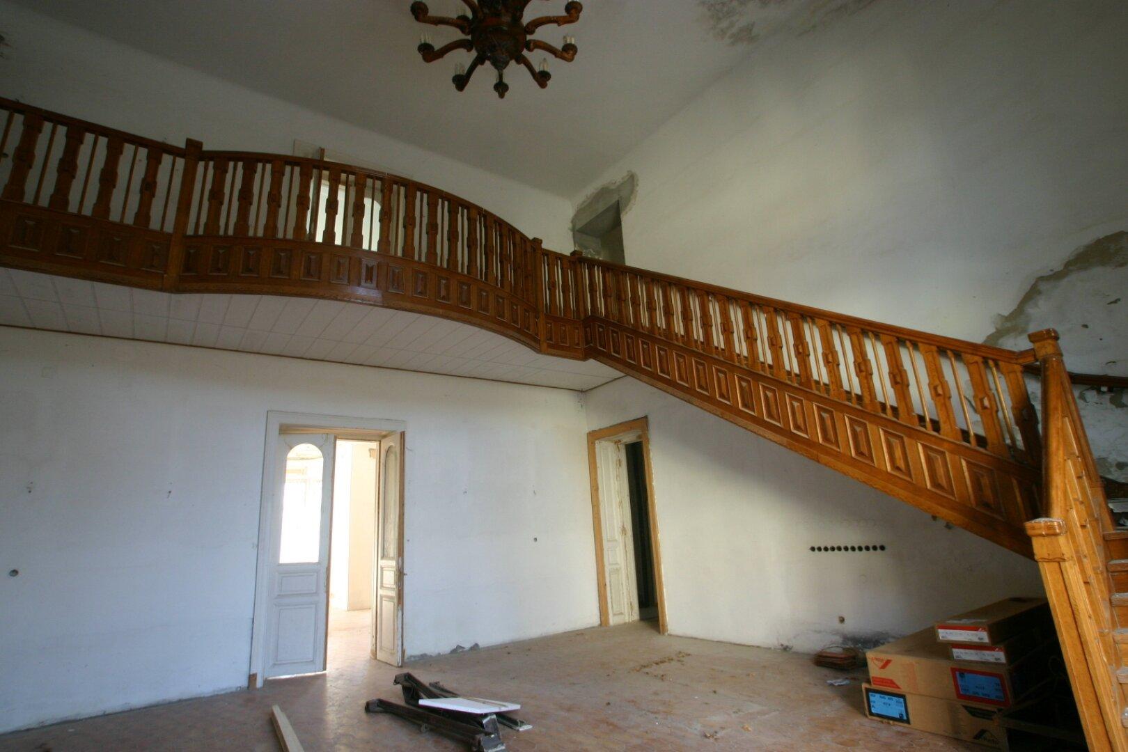 Holztreppe beim Eingang