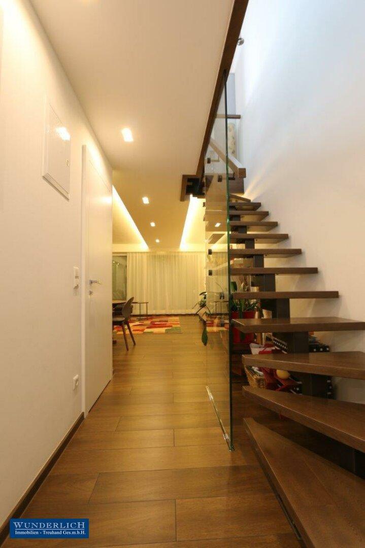 Eingangsbereich mit Holztreppe zum Obergeschoß