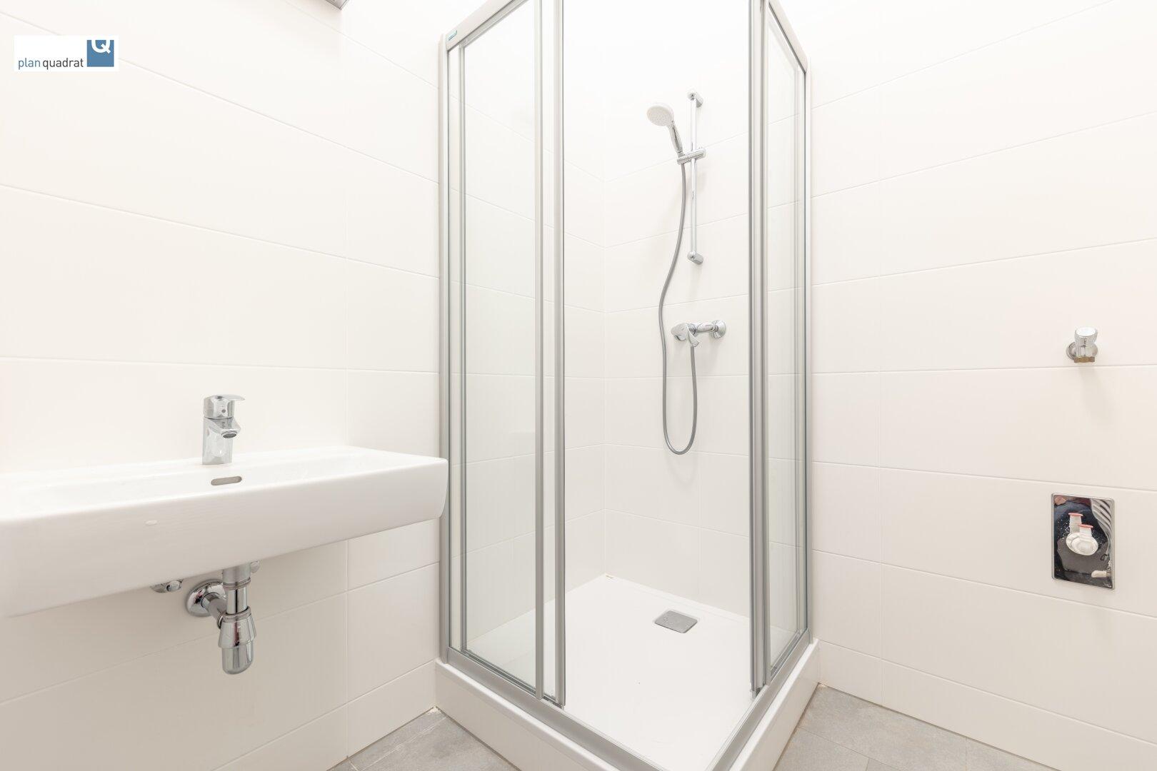 Badezimmer (mit Waschbecken und Duschkabine - ca. 3,80 qm)