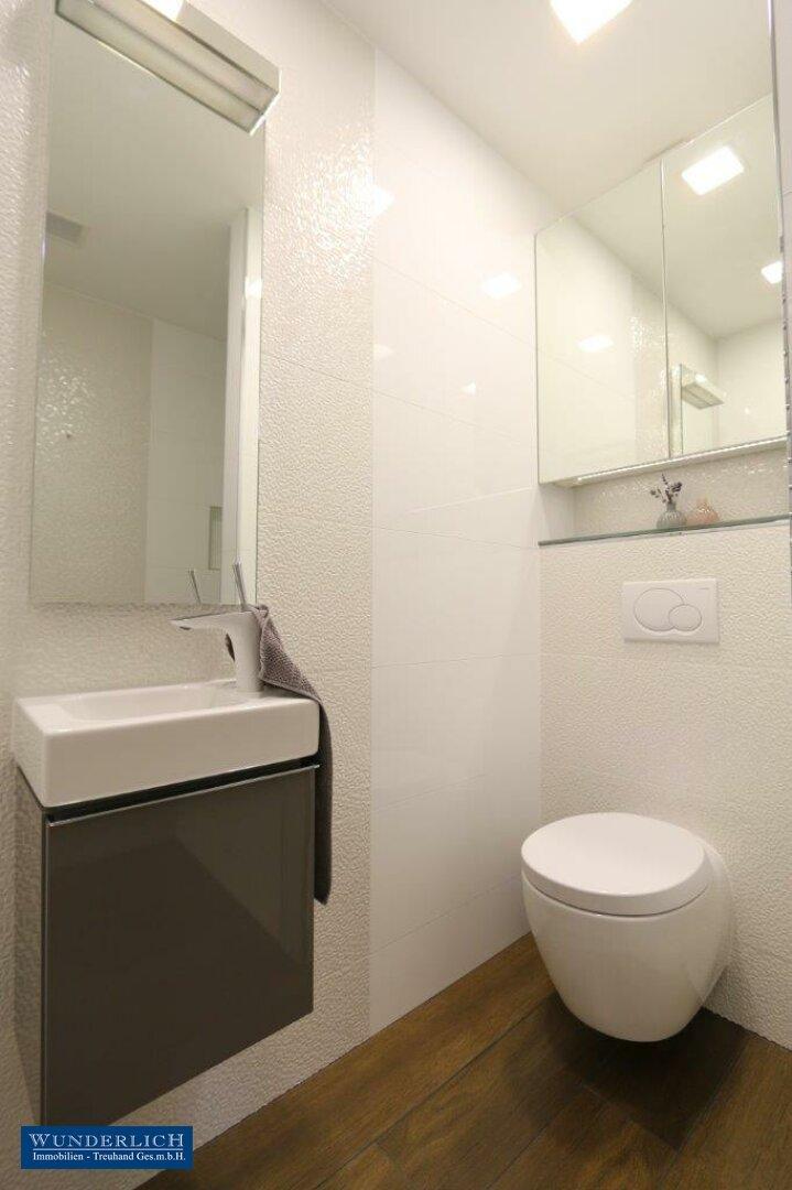 Gästebad mit Dusche & Toilette