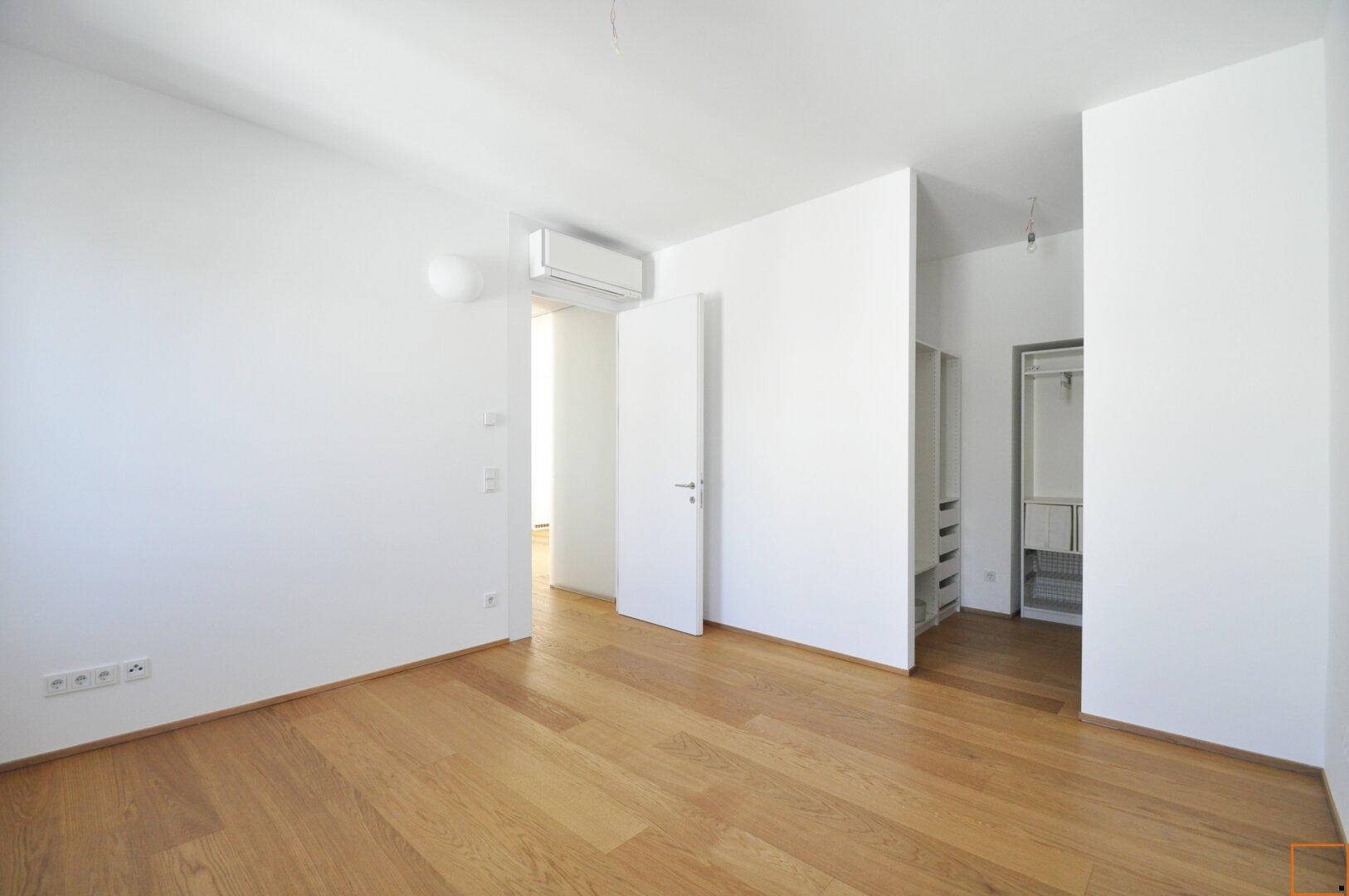 Schlafzimmer mit begehbarer Garderobe