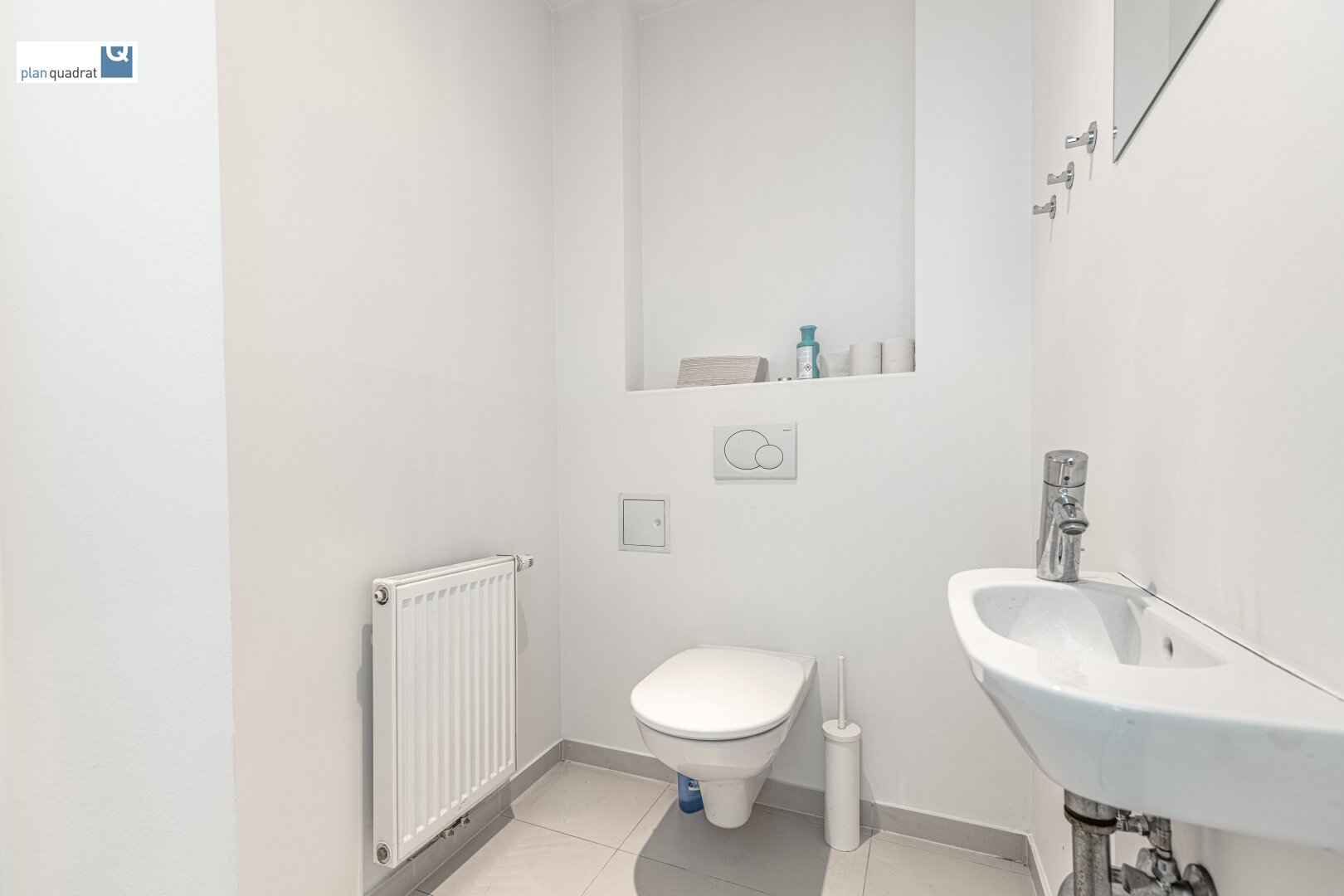Toilette (ca. 1,80 m²) - mit Handwaschbecken