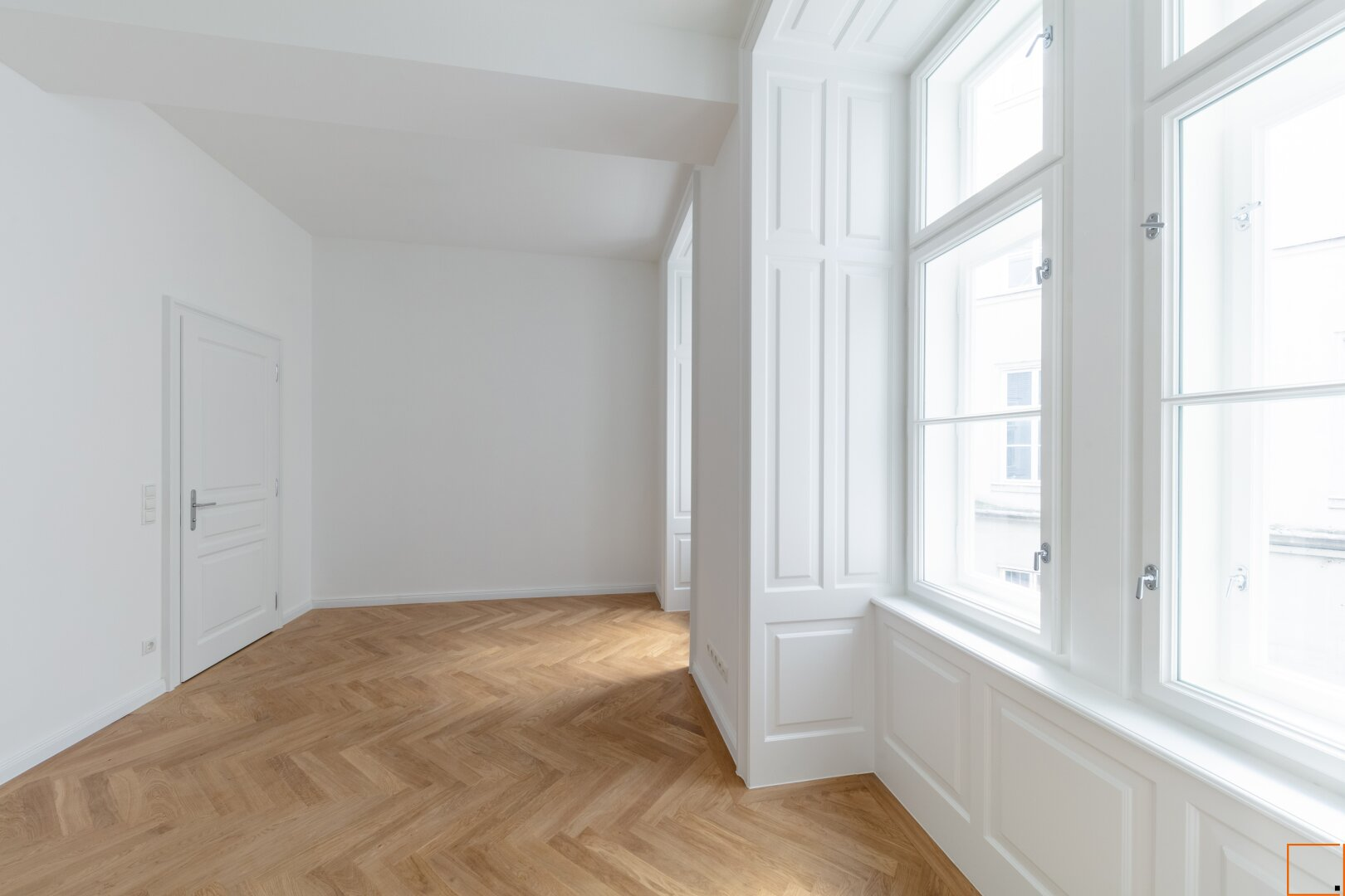 Schlafzimmer mit Blick auf Badezimmertür