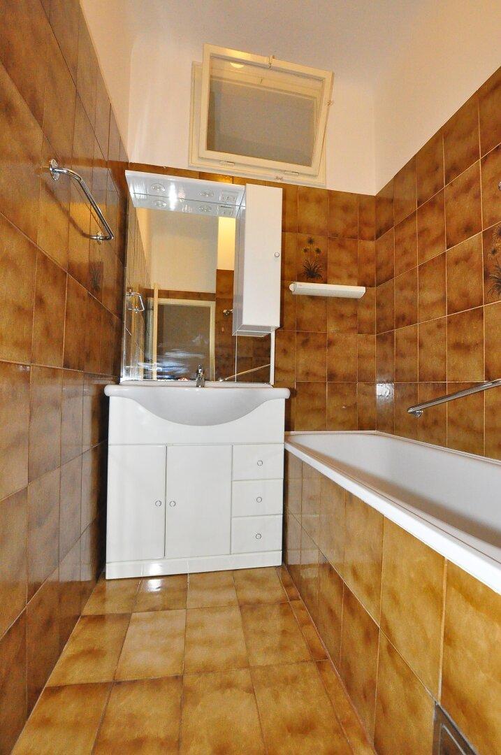 Badezimmer - Badewanne und Waschtisch