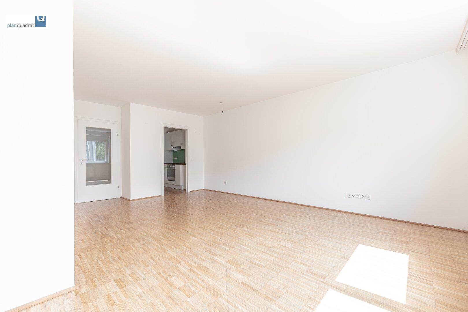 Wohn- / Esszimmer (ca. 26,60 m²) mit Zugang zur Küche und dum Vorraum