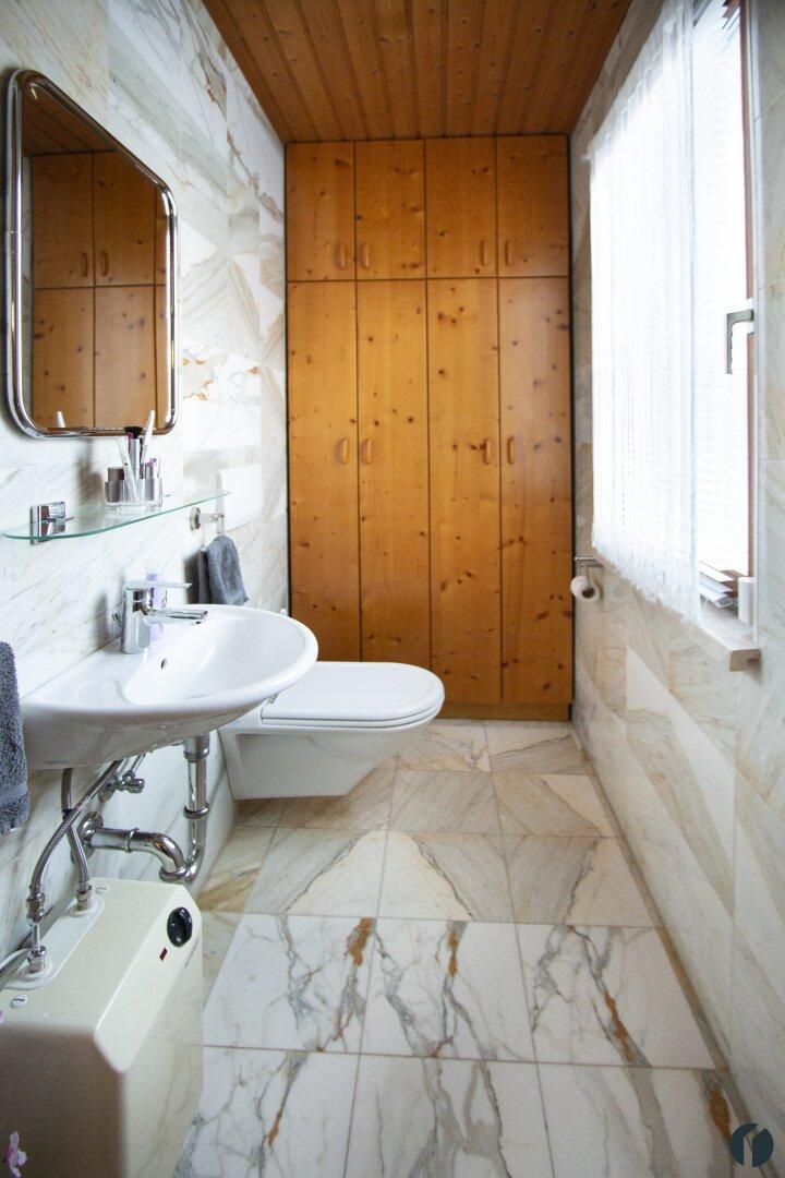 WC mit Waschbecken im Erdgeschoss
