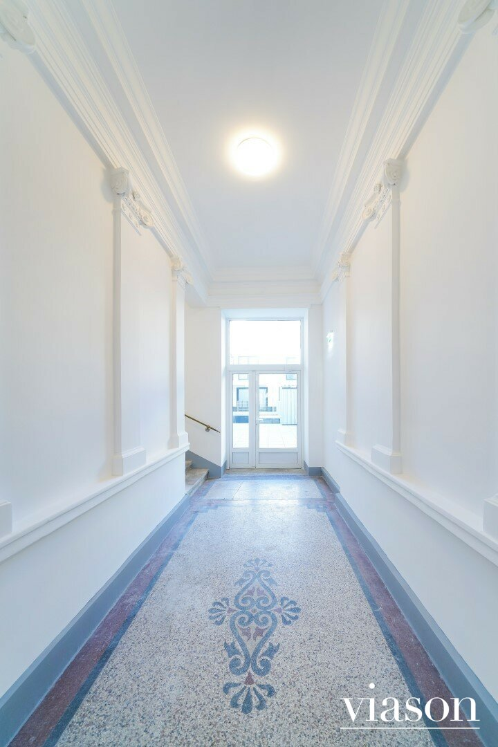 Stiegenhaus - Tür zum Innnehof