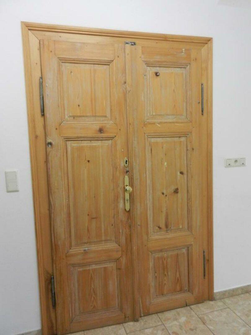 Holztüreingang zum OG
