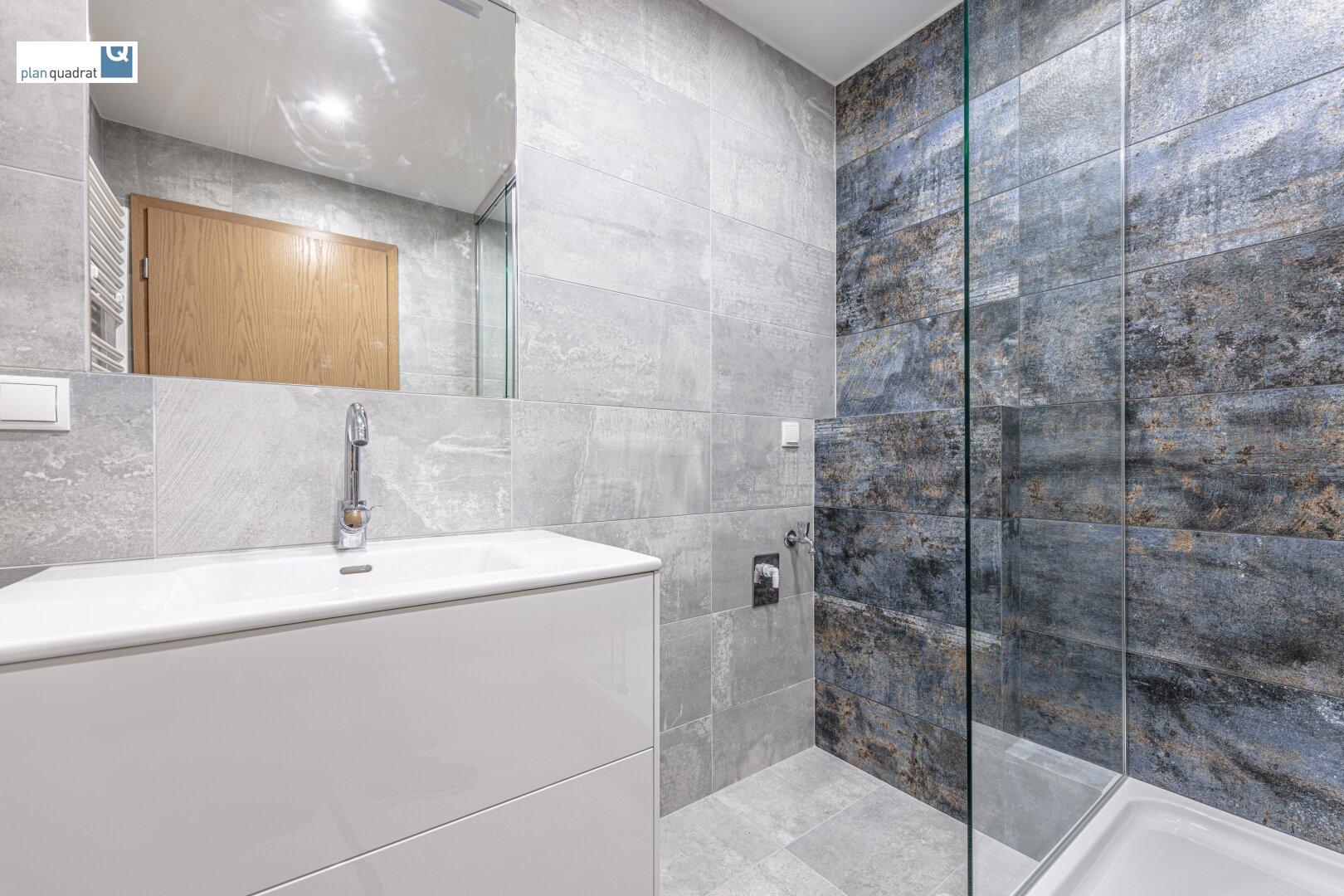 Badezimmer (ca. 4,00 m²) mit Dusche und Wa-Ma-Anschluss
