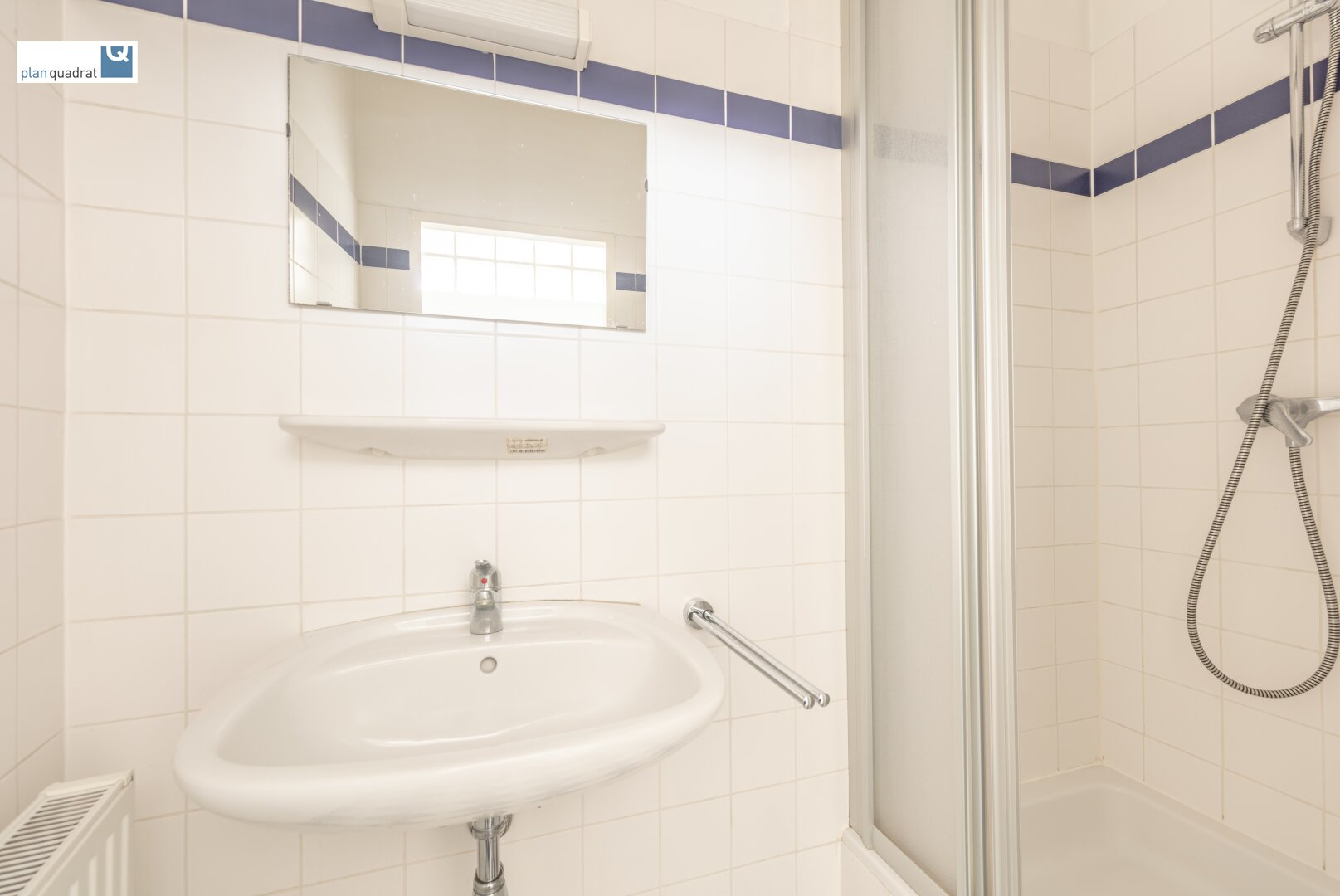 Badezimmer (mit Waschbecken und Duschkabine)