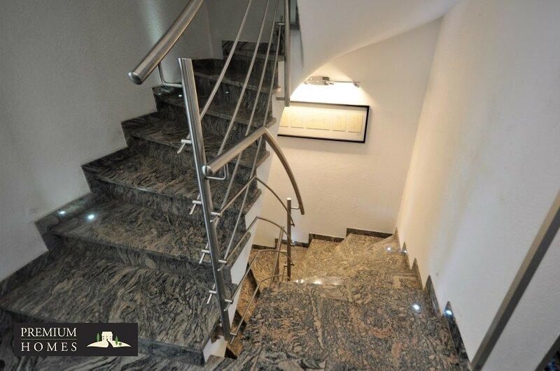 Angerberg_Doppelhaushälfte_Treppe/Granit-Stein_Abgang in Keller