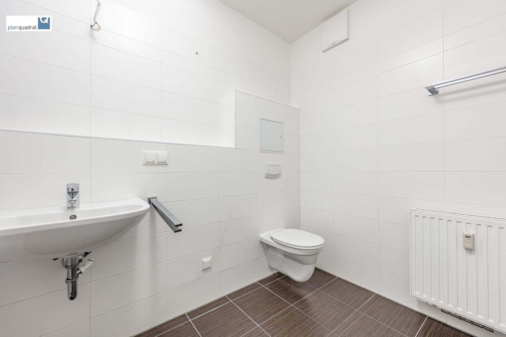 Badezimmer (ca. 5,70 m² / mit Waschbecken, Badewanne, Toilette und Wa-Ma-Anschluss)