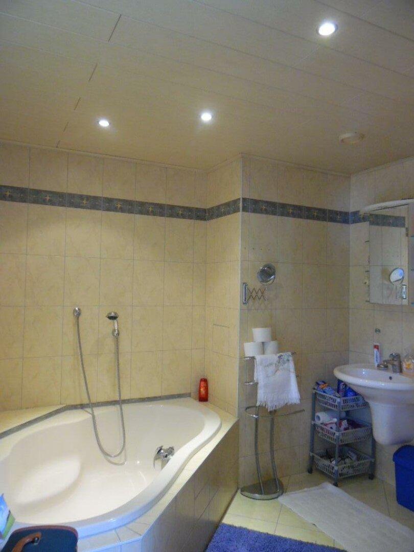 Badezimmer mit Wanne und WC OG
