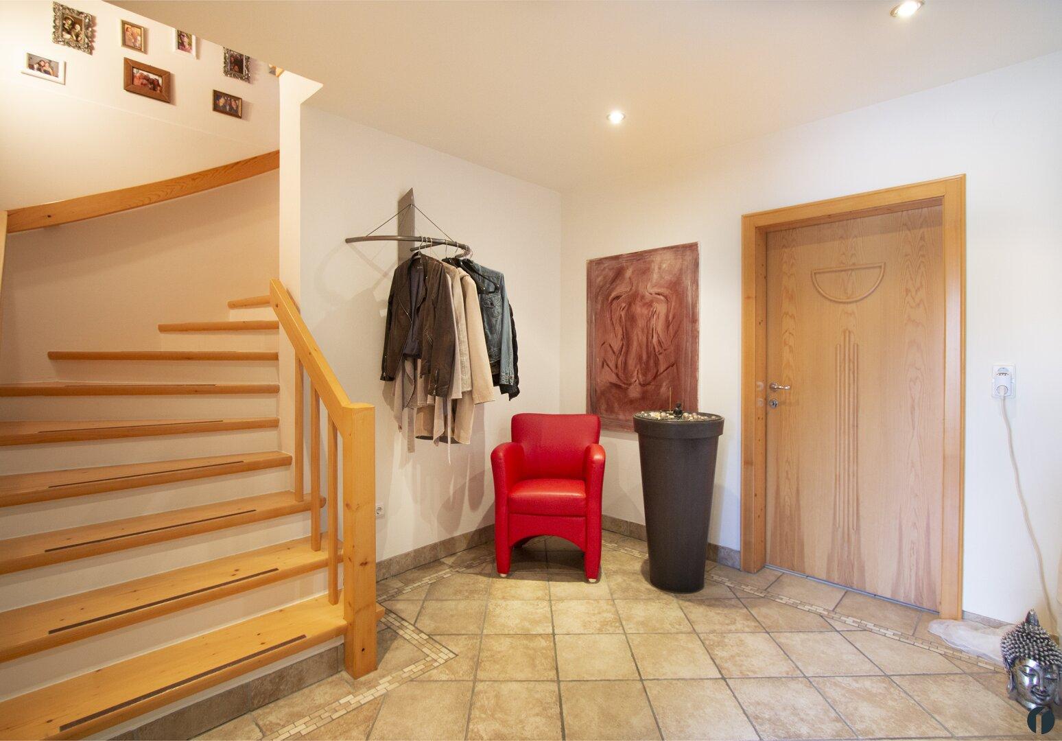 Eingangsbereich mit Treppe ins Erdgeschoss
