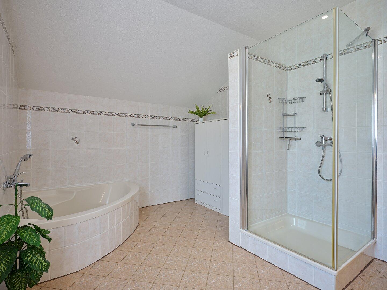 riesiges Badezimmer
