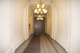 Zwischen Raimundtheater und Mariahilfer Straße / sanierungsbedürftige Wohnung in topsaniertem Altbau - Wiener Historismus