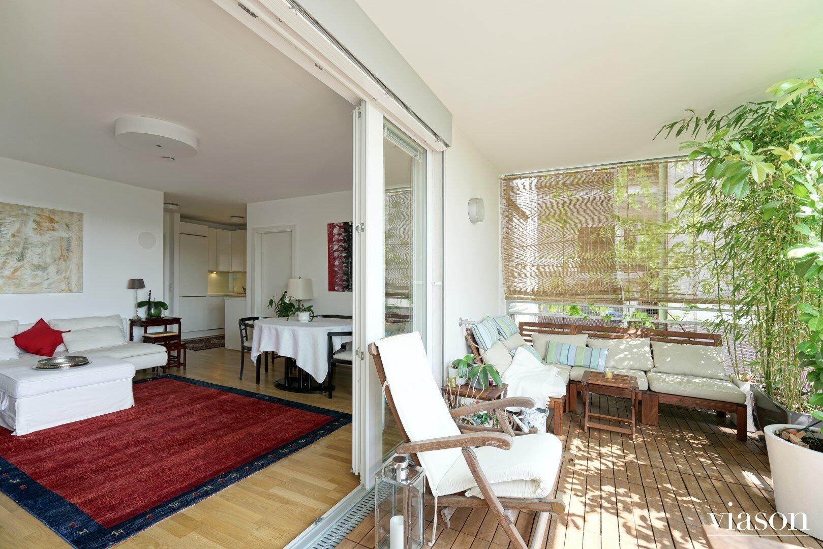 Balkon und Wohnzimmer