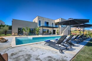 Neu erbaute Villa in Porec mit Pool und Meerblick