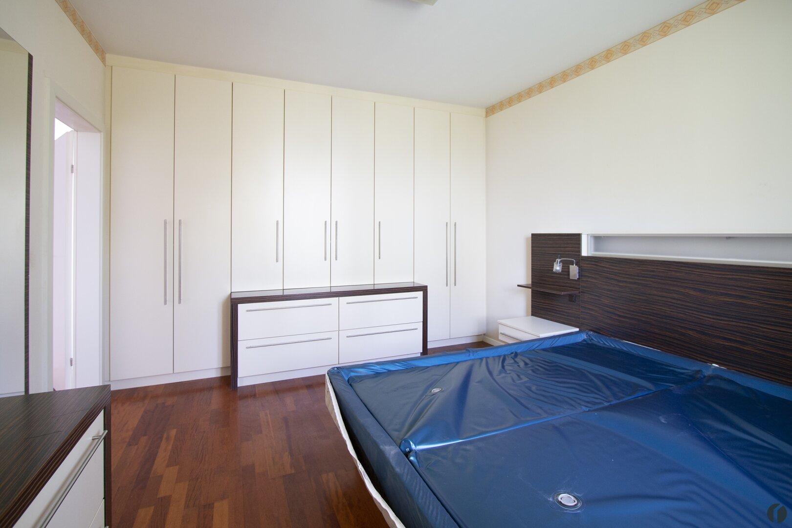 Schlafzimmer inkl. Einbauschrank, Bett und Kommode