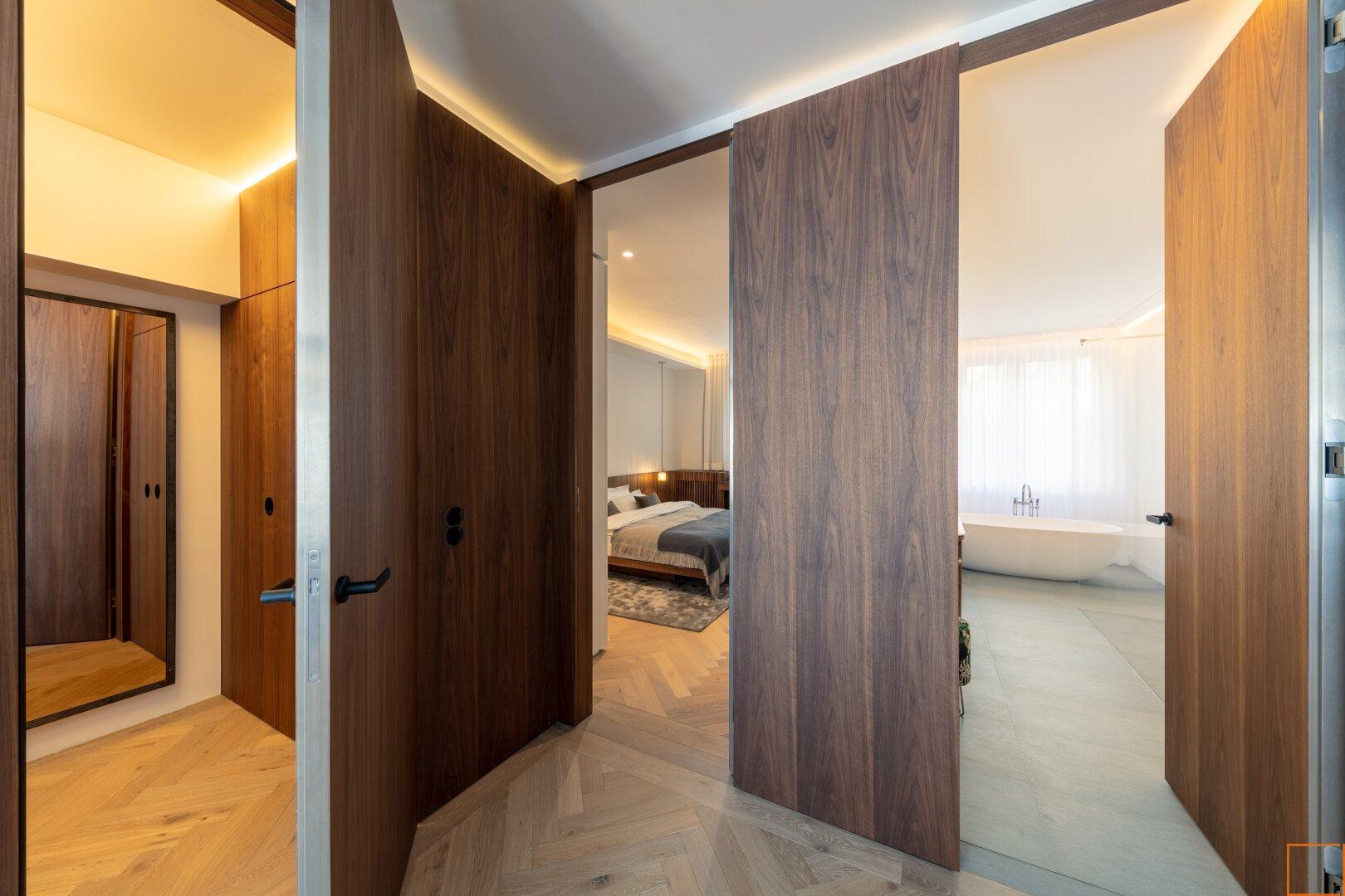 Blick auf begehbare Garderobe, Schlafzimmer und Bad
