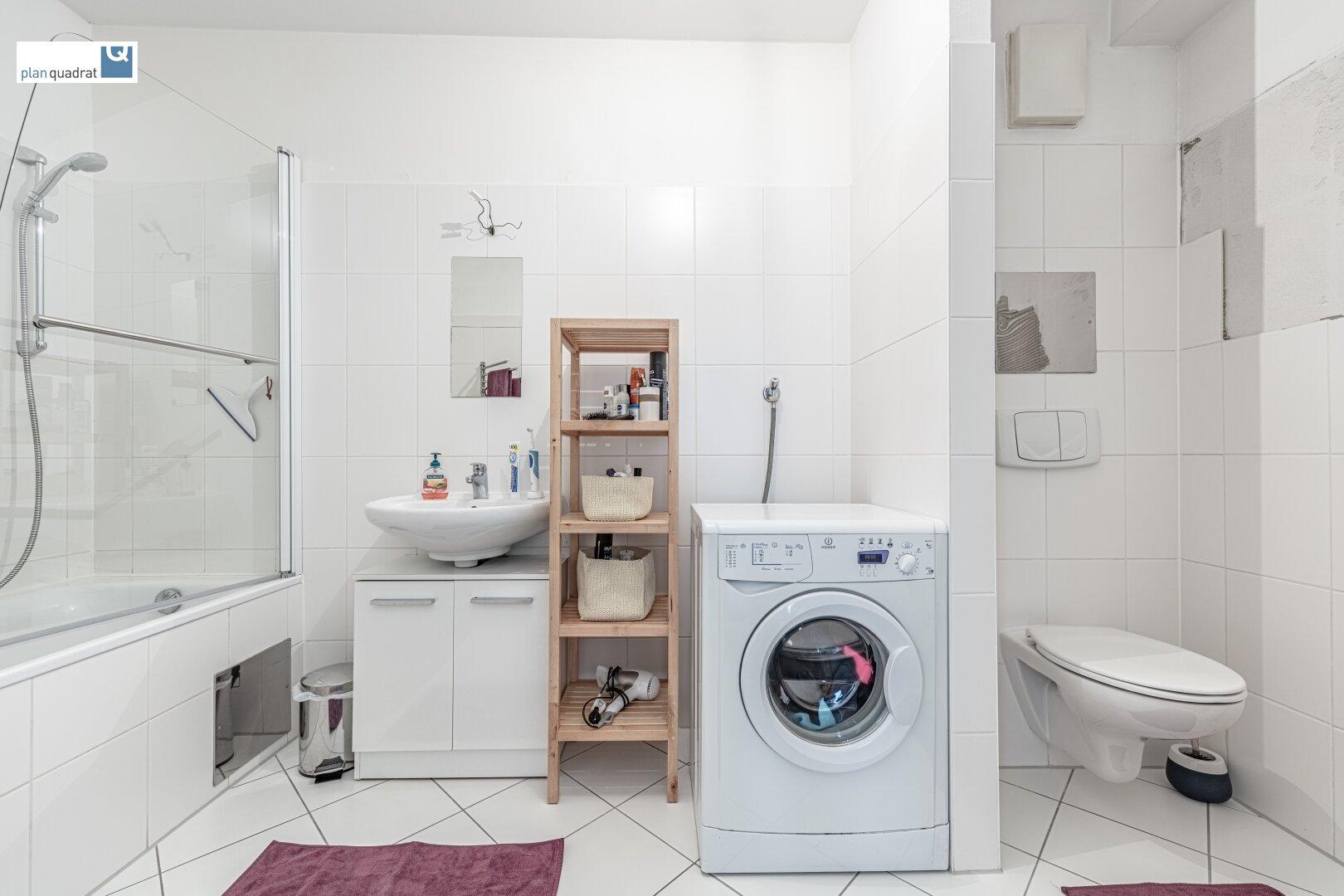 Badezimmer (ca. 6,90 m²) mit Waschbecken, Badewanne, Toilette und Wa-Ma-Anschluss