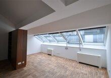 2 Zimmer-Wohnung im Dachgeschoss eines wunderschönen Altbaus, U1