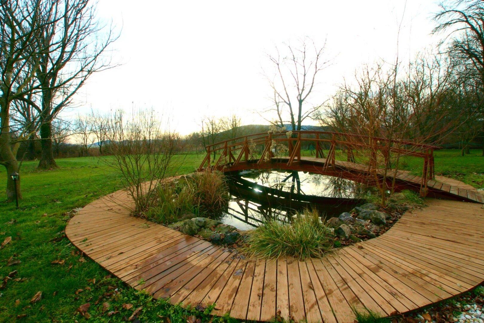 Teich mit Holzbrücke