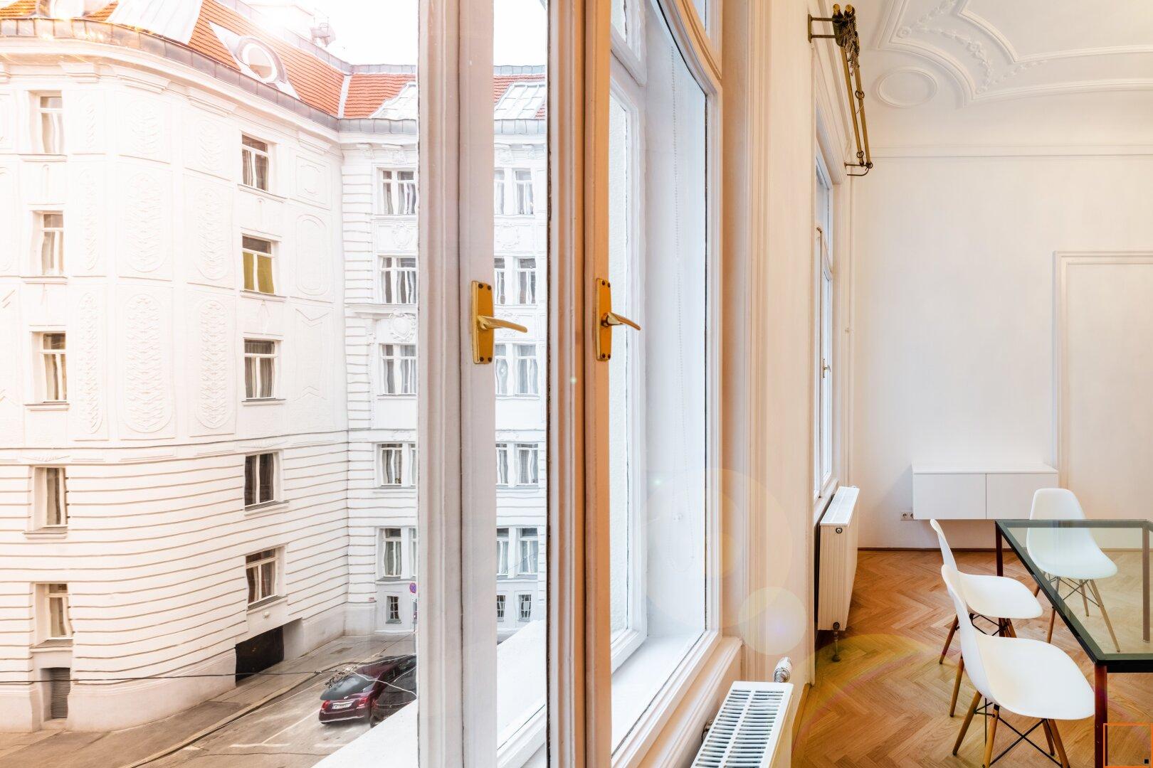 Wohnzimmer mit Blick auf Nachbarhaus