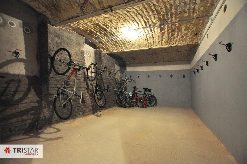 ++NEU++ 3-Zimmer-Dachgeschoßwohnung mit großer Dachterrasse im Generalrevitalisierte Altbau-Haus ++Nähe U-Bahn (U3) +++ /  / 1150Wien / Bild 11