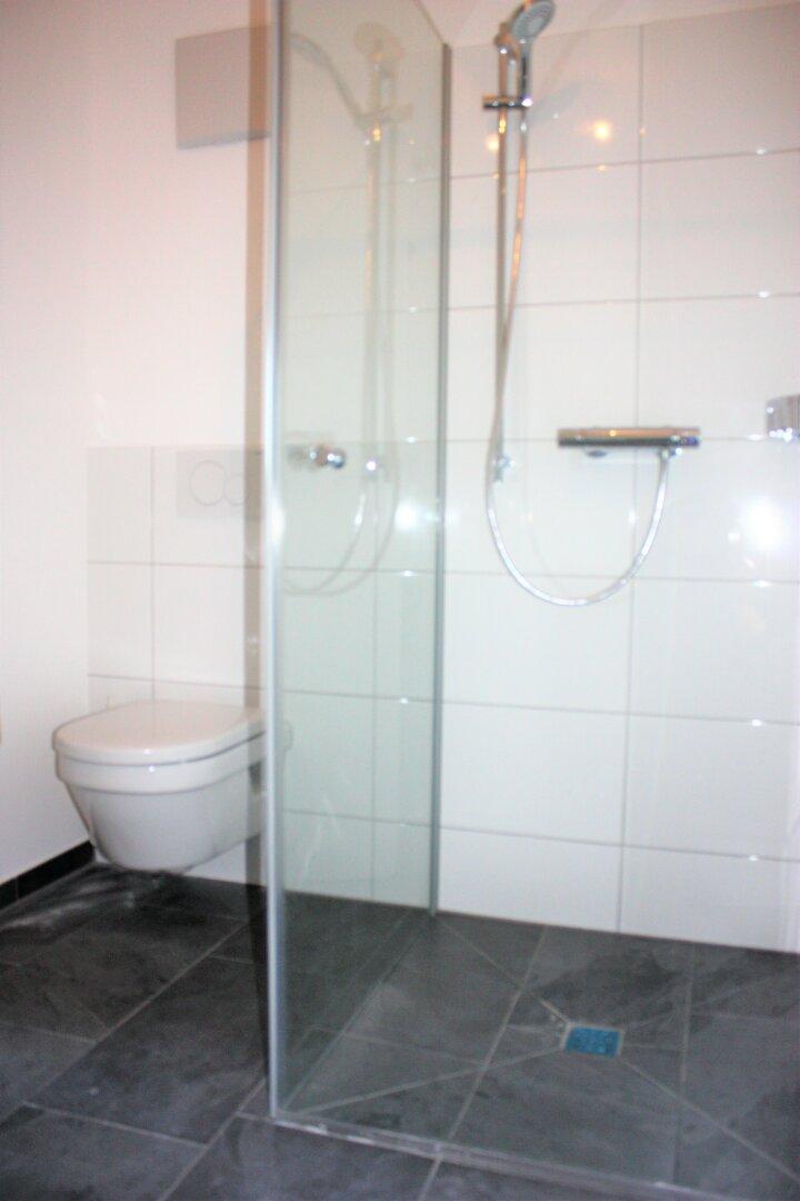 hochwertige Fliesen, Glaswand Dusche